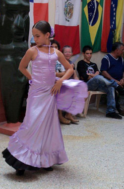 La descendiente balear Talía Ronda Fernández, de la compañía infantil del Ballet español de Holguín, bailó la pieza 'Mi primo Juan'.