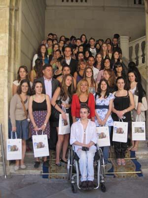 Isabel Carrasco con los 41 jóvenes castellanos y leoneses en el exterior.