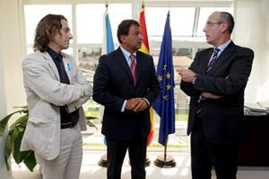 Javier Guerra con los representantes del Clúser del naval.