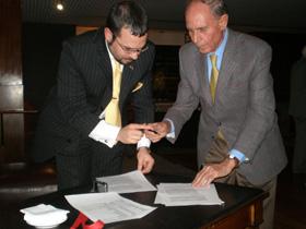 Gastón Juan y Anquela Moriano firmaron el convenio.