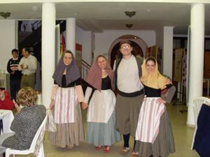 Jóvenes ataviados con los trajes típicos en el 'chocolate de nativos'.