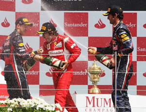 Fernando Alonso celebra en el podio de Silverstone su primer triunfo de la temporada.