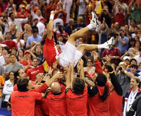 El equipo español mantea a David Ferrer tras vencer a Fish.
