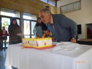 Jorge Terré sopla la tarta de cumpleaños.
