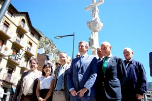 Alfonso Rueda y Santiago Camba frente al cruceiro inaugurado en Andorra la Vieja.
