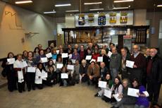 Los participantes en el curso con sus diplomas.