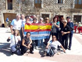 El grupo que viajó en mayo pasado exhibe con orgullo la bandera de la Asociación.