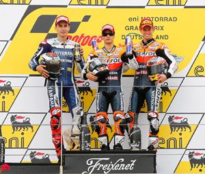 Dani Pedrosa flanqueado por Jorge Lorenzo(i) y Casey Stoner (d), en el podio del GP de Alemania.