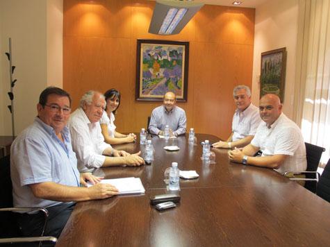 El conseller Gómez (c) y Antonia Estarellas con representantes de la Federación.