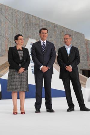 La directora del ILG, Rosario Álvarez, el presidente Alberto Núñez Feijóo, y el investigador Ángel Carracededo.
