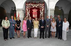 Luis Armada, a la izquierda de la consejera (c) y Victoria Cristóbal (3ªd) con el resto de cargos de la Consejería.