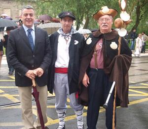 El diputado general de Álava, Javier De Andres, Tomas Cid y José Casal Rey con el traje de peregrino.
