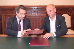 Santiago Camba y Conde Roa firman el acuerdo.