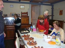Mujeres del Taller de Cocina preparan platos para el Taller Literario de otoño.