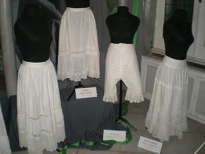 La colección incluye también los accesorios y la ropa interior que acompañaba a cada vestido.