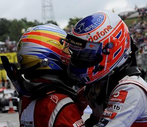 Fernando Alonso felicita al ganador del Gran Premio de Hungría, Jenson Button.