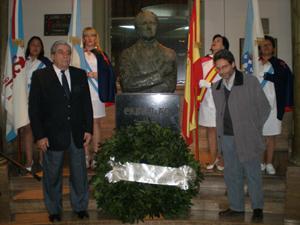 Los directivos  colocaron una ofrenda floral en el busto de Castelao.