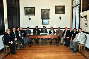 Toda la directiva del Centro Gallego posa con el arquitecto Martín Costa, en el centro.