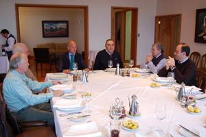 Camba, con Adolfo Surís y Rodrigo Fernández, en el almuerzo con miembros de la empresa Pesca Cisne.