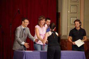 Andrés Castro y Raquel Arias entregan el diploma a una de las participantes en este programa.