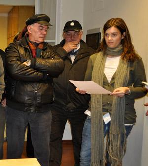 Martín Rodríguez Caridad (izquierda) escucha a la cónsul adjunta el resultado de las elecciones al CRE de Uruguay.