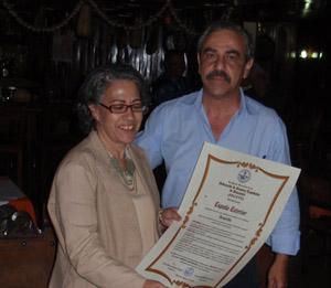 Félix Barbero, presidente de FECEVE, entregó el galardón a Marta Aguirre.