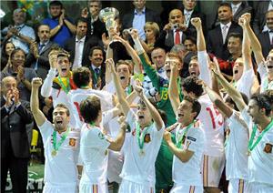 Los jugadores de la Selección sub'19 de fútbol con el trofeo de campeones de Europa.