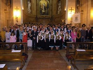 Autoridades y socios del Centro con los grupos folclóricos tras la misa.