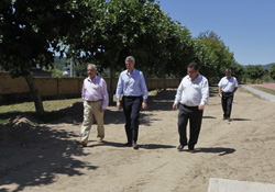 El conselleiro Alfonso Rueda durante su visita a A Veiga.