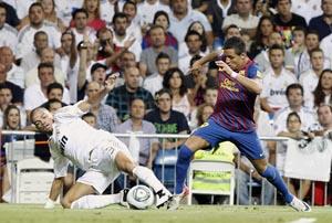 El chileno Alexis Sánchez, que firmó un gran debut con el Barça, disputa un balón al portugués Pepe.