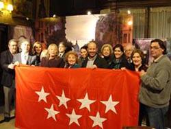 Los responsables del Centro tras la bandera de la Comunidad.