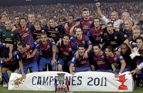 Los jugadores del FC Barcelona posan con la Supercopa tras su victoria ante el Real Madrid.