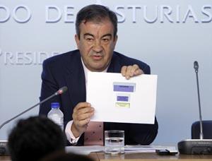 El presidente del Principado, Francisco Álvarez-Cascos, muestra un gráfico con la estructura del Ejecutivo.