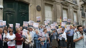 Imagen de una protesta de emigrantes españoles en París contra la reforma de la Ley Electoral.