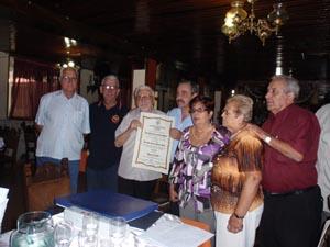 Directivos de Feceve y Félix Barbero (centro) con el diploma.