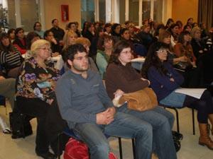 Más de 150 personas asistieron a la conferencia en el Centro Galicia.