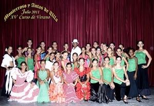 El profesor René Dellundé (centro) y el grupo de alumnas que participaron en la gala artística de clausura del XV Curso de Verano de la Sociedad.