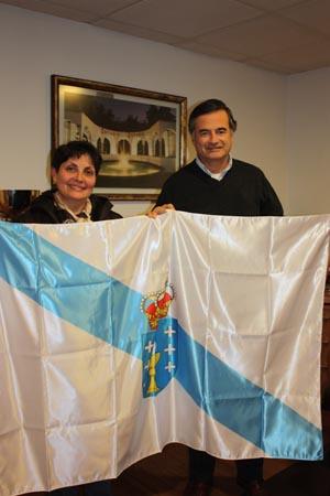 La presidenta del Lar Gallego, María Myriam López Marín, entregó una bandera de Galicia a Juan Ignacio Maiza Melero, presidente de Estadio Español de Las Condes.