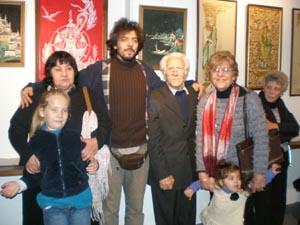 Amigos y familiares acompañaron a Cordeiro (centro) en la inauguración de la muestra.