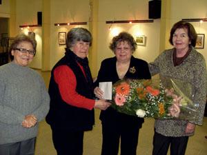 La autora fue agasajada con un ramo de flores.