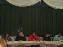 Mesa de cabecera de la asamblea.
