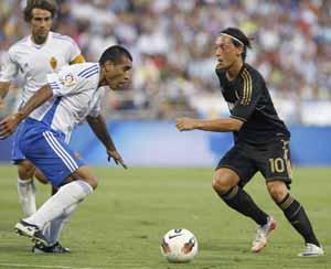 Ozil (R. Madrid) encara a Da Silva (R. Zaragoza).