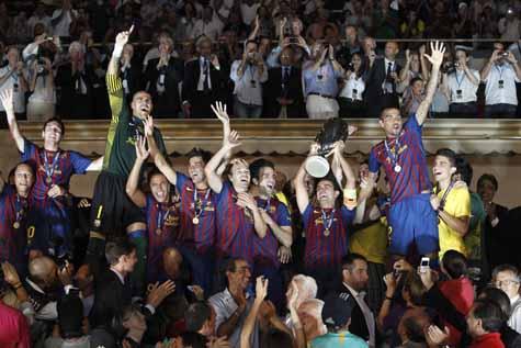 Los jugadores del FC Barcelona celebran la Supercopa de Europa tras recibir el trofeo.