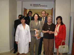 Anna Terrón y Pilar Pin rodean a Elma Espisúa en una visita de noviembre del año pasado con Julio Olmos detrás.