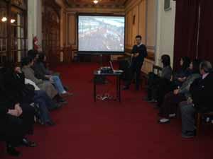 Durante la charla se proyectaron tres vídeos sobre las manifestaciones que tuvieron lugar en España.