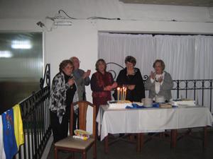 La comisión directiva fundadora apagando las diez velitas de la tarta.