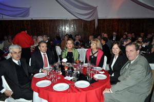 Carlos Barcia (2º por izq.), Rosa Fuentes (3ª i.) y Jorge Torres (1º por dcha.), en la mesa de autoridades de fiesta del Valle Miñor.