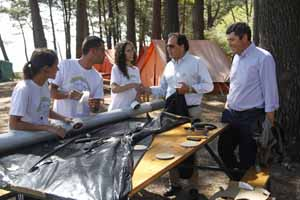 Los directores de la Xunta, Ricardo García-Borregón y Ovidio Rodeiro, con tres jóvenes del campo de trabajo en las Islas Cíes.