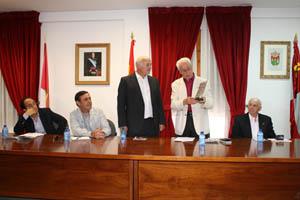 Luis Heras entrega una placa de agradecimiento al alcalde de San Pedro Manrique.
