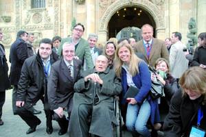 Manuel Fraga se desplaza habitualmente en silla de ruedas.